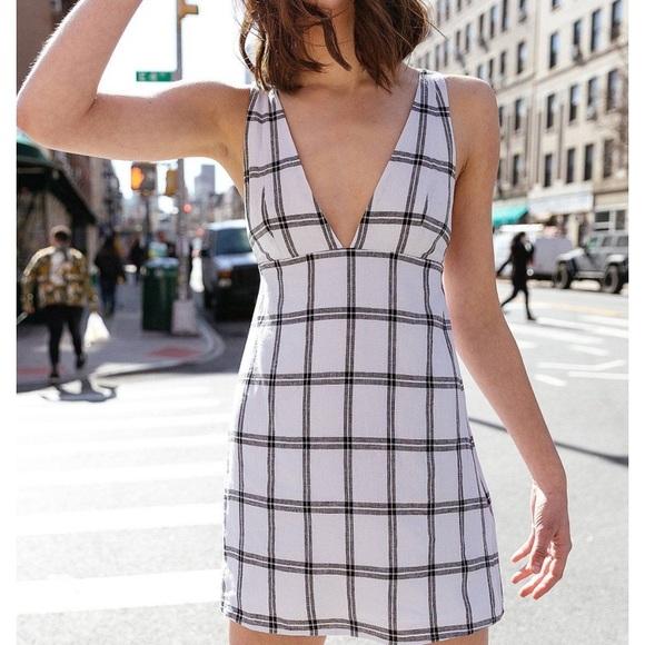 4919ae00f7 UO Breezy Plunging Linen Mini Dress. M 5c1667ee34a4efec9945b12c